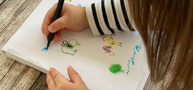 Lustige Fingerabdruck-Tiere mit Kind